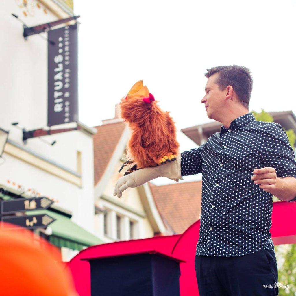 Der Bauchredner Tim Becker zeigte seine Comedy Show im Outlet Center Wertheim Village.