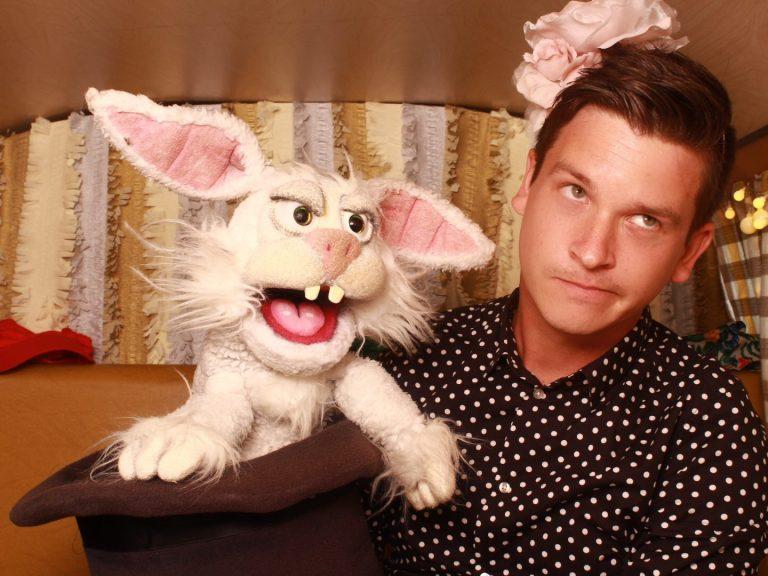 Bauchredner Tim Becker präsentiert seine Comedy Show
